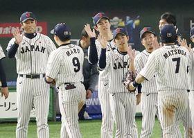 韓国に勝利し、丸(9)を迎える稲葉監督(左端)=東京ドーム