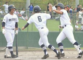 海星―三重 一回裏、先制の2点本塁打を放って生還した三重3番土井(右端)=松阪球場で】