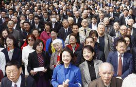 福岡県知事選が告示され、候補者の訴えを聞く有権者ら=21日午前、福岡市