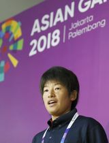 ジャカルタの空港に到着し、記者の質問に答えるソフトボールの上野由岐子=16日(共同)