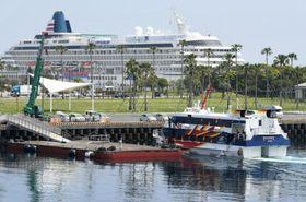 試験運航で浮き桟橋に接岸する高速船=鹿児島市のマリンポートかごしま