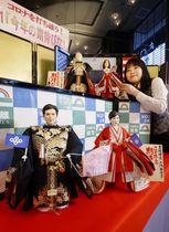 久月が公開した「今年の期待びな」。(下段左から)大阪府の吉村洋文知事、東京都の小池百合子知事、(上段左から)米国のバイデン大統領、ハリス副大統領=27日午前、東京・浅草橋