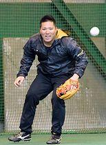 ノックを受ける西武・山川穂高=西武第二球場