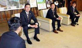 村岡知事(左端)に来季の巻き返しを誓う河村社長(左から2人目)、石原GM(同3人目)、渡辺選手