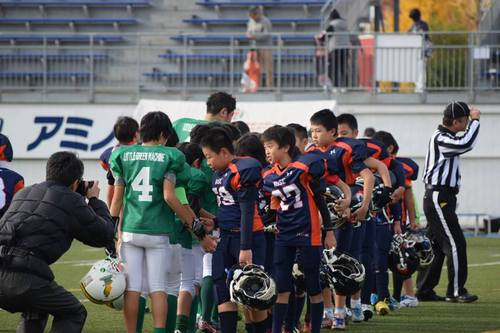 試合後健闘をたたえ合う両チーム=写真提供・関東小学生アメリカンフットボール連盟