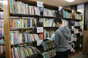 4月以降に出版されたほぼ全ての児童文学本や絵本を展示している児童図書研究室(大津市・県立図書館)