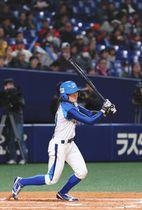 愛知-埼玉 5回裏愛知無死二、三塁、右前適時打を放つ寺部選手=名古屋市東区のナゴヤドームで