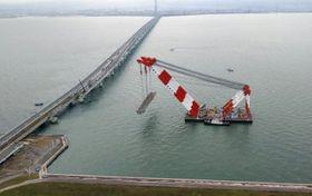 タンカーの衝突で損傷した橋桁の撤去が完了した関西空港の連絡橋=14日(西日本高速道路提供)