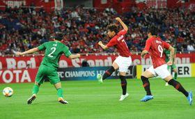 前半34分、浦和の長沢(右)が先制ゴールを決める
