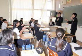 自分たちで仕上げた台本を基に寸劇を披露する生徒たち=香川県丸亀市郡家町、丸亀南中