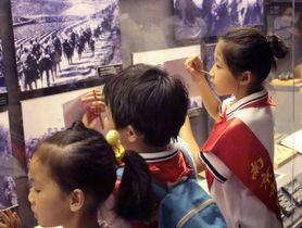 南京大虐殺記念館でメモを取る子どもたち=南京(共同)