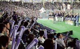 3年ぶりに本大会に出場したヤマハの応援団で埋まった三塁側スタンド=14日午前、東京ドーム