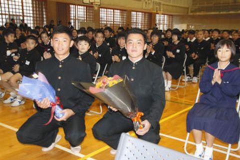 後輩たちの質問に答えた卒業生の星稜高・奥川恭伸(左)、山瀬慎之助両選手=かほく市宇ノ気中で