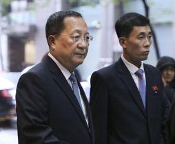 北朝鮮の国連代表部に向かう李容浩外相(左)=25日、ニューヨーク(共同)