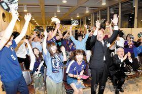 日本―コロンビア 前半6分、日本の先制ゴールに沸く約100人の応援団=19日、熊谷市役所