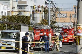 工場のタンクに作業員が転落し、騒然とする現場=13日午後、大阪府和泉市(画像の一部を加工しています)