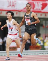男子100メートル予選 10秒30の5組1着でゴールするサニブラウン・ハキーム(右)=博多の森陸上競技場
