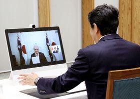 オーストラリアのモリソン首相とテレビ会議形式で会談する安倍首相(右)=9日午後、首相官邸(内閣広報室提供)