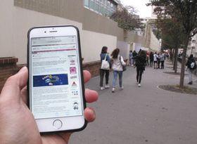 パリ市内で、中学校に登校する生徒たち。9月から携帯電話の使用が禁止された=竹田佳彦撮影