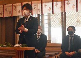 かしわ手を打ち今季の必勝を願う小幡選手と(右から)榊社長、安達監督