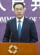 20日、北京で記者会見する中国商務省の高峰報道官(共同)