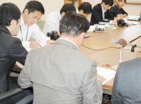 県を提訴し記者会見する男性教諭=25日午前、さいたま市内