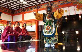 拝殿で奉納される舞楽「納曽利」=霧島市の霧島神宮