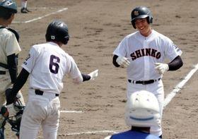 東洋大姫路-神港学園 5回表神港学園2死一、二塁、左越えに3点本塁打を放った三木(右)