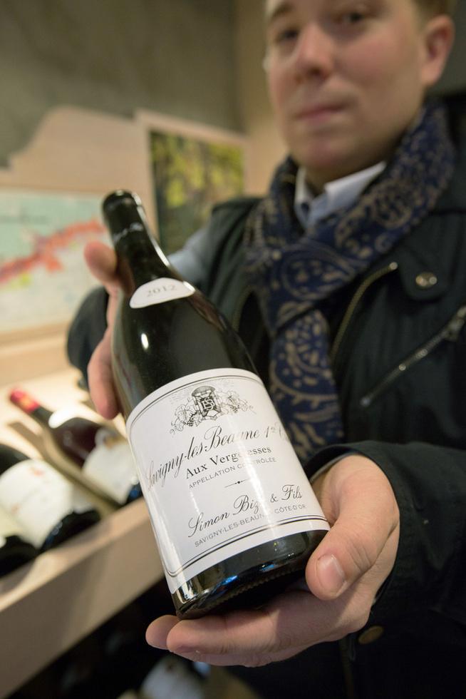 ドメーヌ・シモン・ビーズの旗艦ワイン「サビニー・レ・ボーヌ・プルミエ・クリュ(1級)」の「オ・ベルジュレス」。2012年は、ビーズ千砂の夫パトリックが醸造・瓶詰めまで手がけた最後の年だ=フランス・ボーヌ市(撮影・沢田博之、共同)