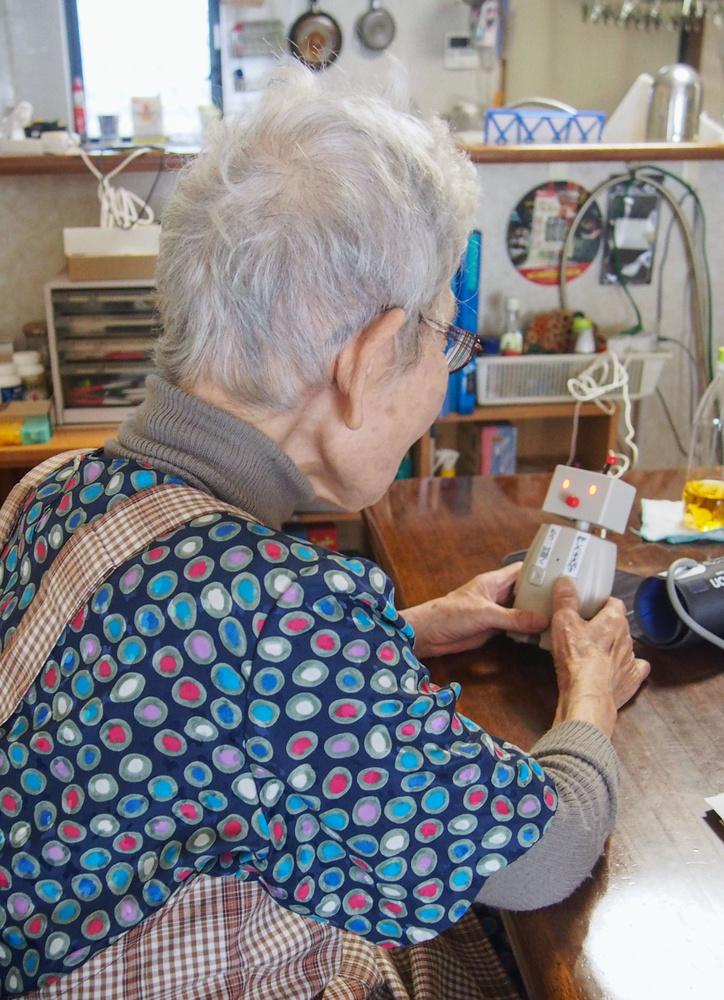 BOCCOに話しかける1人暮らしの女性