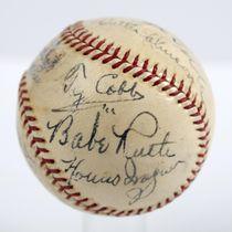 約6920万円で落札されたベーブ・ルースら初期に殿堂入りした11人のサインを集めたボール(SCPオークションズ提供・AP=共同)
