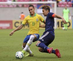 ブラジルとの親善試合で競り合う中山(右)=レシフェ(AP=共同)