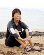 実験で着用したTシャツ姿で「自分の原点」という渋川海岸で航海を振り返る田中さん