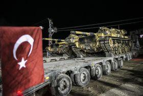 20日、トルコ軍が始めたシリアでの対クルド作戦に伴い、輸送される戦車=トルコ南部ハタイ県(ゲッティ=共同)
