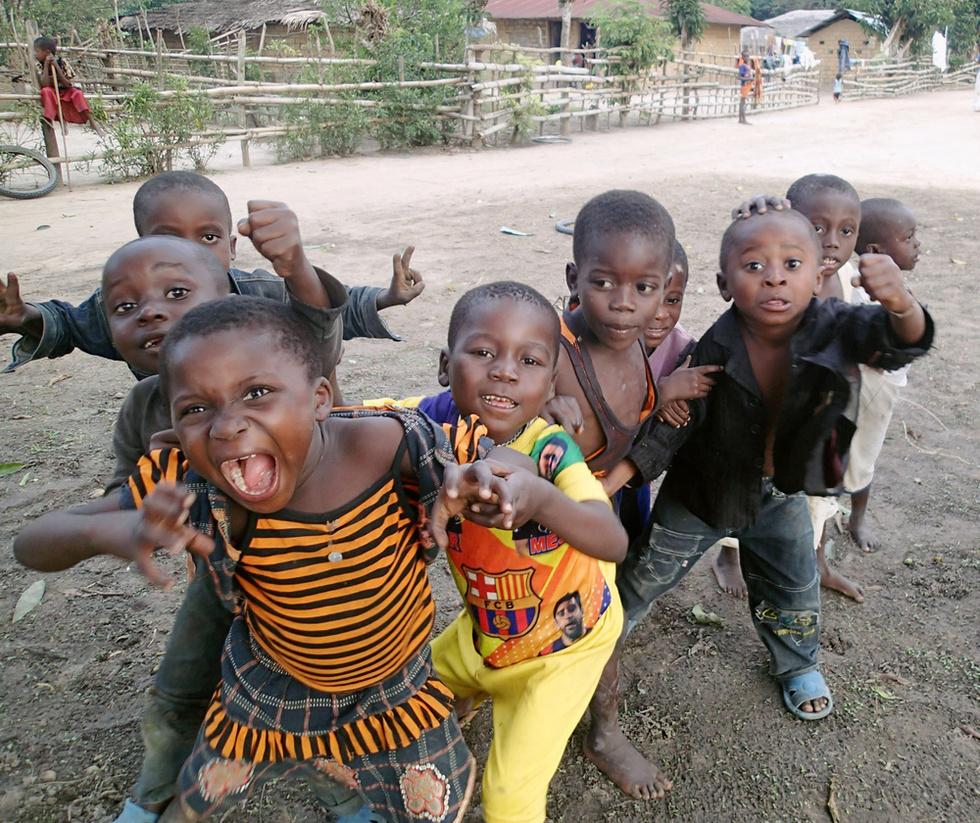 コンゴ(旧ザイール)バリ地区にある村の子どもたち。水道も電気もない村での暮らしは厳しいが表情は明るい(撮影・井田徹治、共同)
