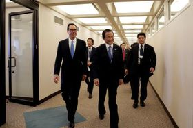米首都ワシントンで会談後のムニューシン米財務長官(手前左)と、麻生財務相(手前左から2人目)=20日(ロイター=共同)