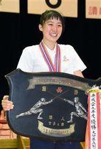 表彰台で優勝盾を手に笑顔を見せる土佐=知多市民体育
