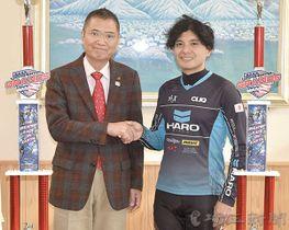 久喜邦康市長(左)に米国の大会で準優勝したことを報告した高山一成選手=7日午後、秩父市役所