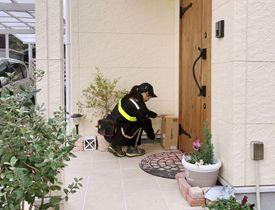 日本郵便がアマゾンジャパンと広島県廿日市市で始めた「置き配」の実証実験=18日(日本郵便提供)