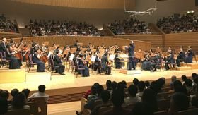 14日、中国・上海の音楽ホールで演奏する東京交響楽団(共同)