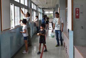 感謝の思いを込め校舎を掃除する参加者
