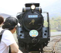 バイオ燃料で走る蒸気機関車D51形=22日、和歌山県有田川町
