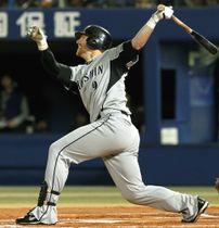 2010年10月の横浜戦でシーズン214安打目となる右中間二塁打を放つ阪神のマートン=横浜