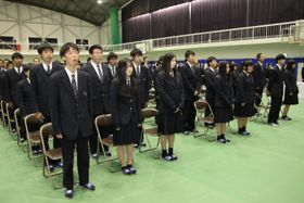 閉校式で校歌を歌う生徒=阿南市の新野高校体育館