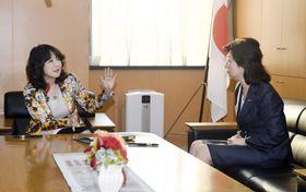 第4次安倍改造内閣で女性活躍相に就任し、前任の野田聖子氏(右)から引き継ぎを受ける片山さつき氏=9日、内閣府
