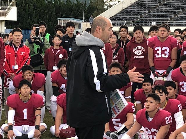 2017年シーズンの関学大とのリーグ戦の後、学生に話しかける立命大の米倉輝前監督=2017年11月19日・万博記念競技場