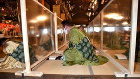 体を大きく揺らして念仏を唱える僧侶。感染症対策として、ついたてが設置された(28日午前11時6分、京都下京区・東本願寺)