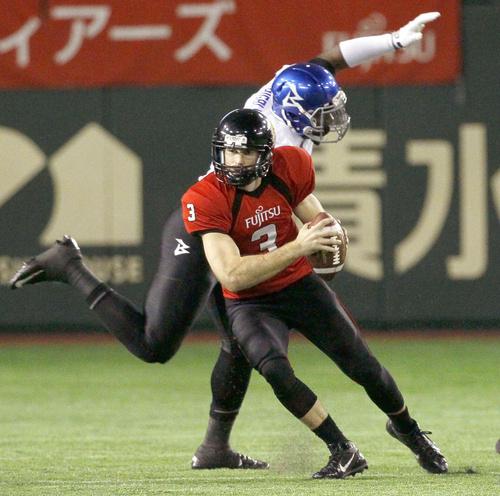 前半、オフェンスを指揮する富士通・QBキャメロン=東京ドーム=15日、東京ドーム