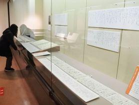意訳文と共に並べられた、幕末維新期の薩摩ゆかりの人々がしたためた家族への書状=鹿児島市の黎明館