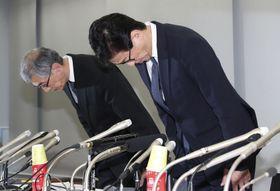 記者会見で謝罪する日本大の高山忠利医学部長(右)ら=12日午後、東京都板橋区